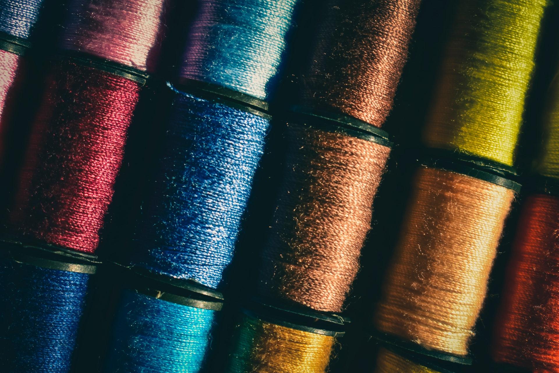 Środki do barwienia tkanin syntetycznych i naturanych włókien